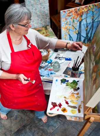 Artist Terrill Welch painting in her studio  by photographer Allison Mullally _MG_5876